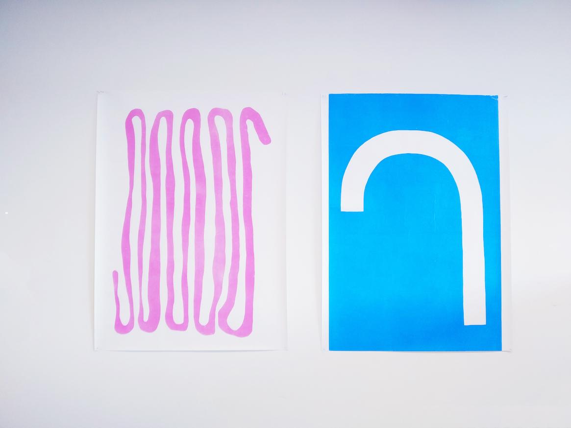 Fee Veraghtert, twee staande werken. De linker is een roze kronkel over een witte achtergrond. De rechter is een witte boog op een blauwe achtergrond.
