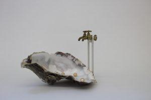 Andrea Dautzenberg, werk met oester met parels en twee kranen