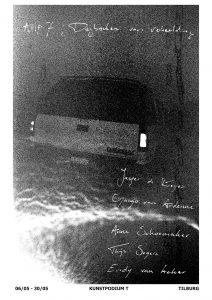 Poster van de expositie Apprentice Master 7, Dagboeken van Verbeelding. Een grijswit foto van de achterkant van een auto, met daarover in handgeschreven tekst de titel van de expositie en de namen van de kunstenaars